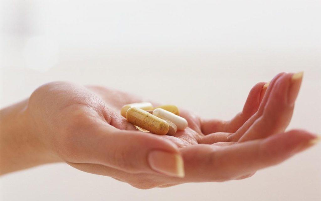 Выделения с неприятным запахом у женщин: причины, гинекологические болезни, лечение