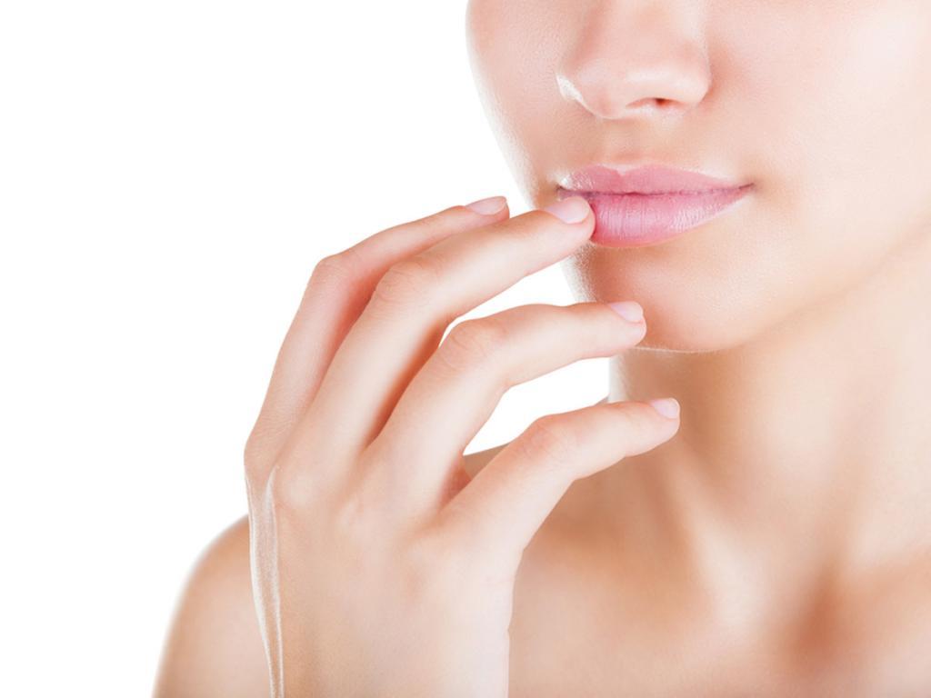 Белые точечки на губах