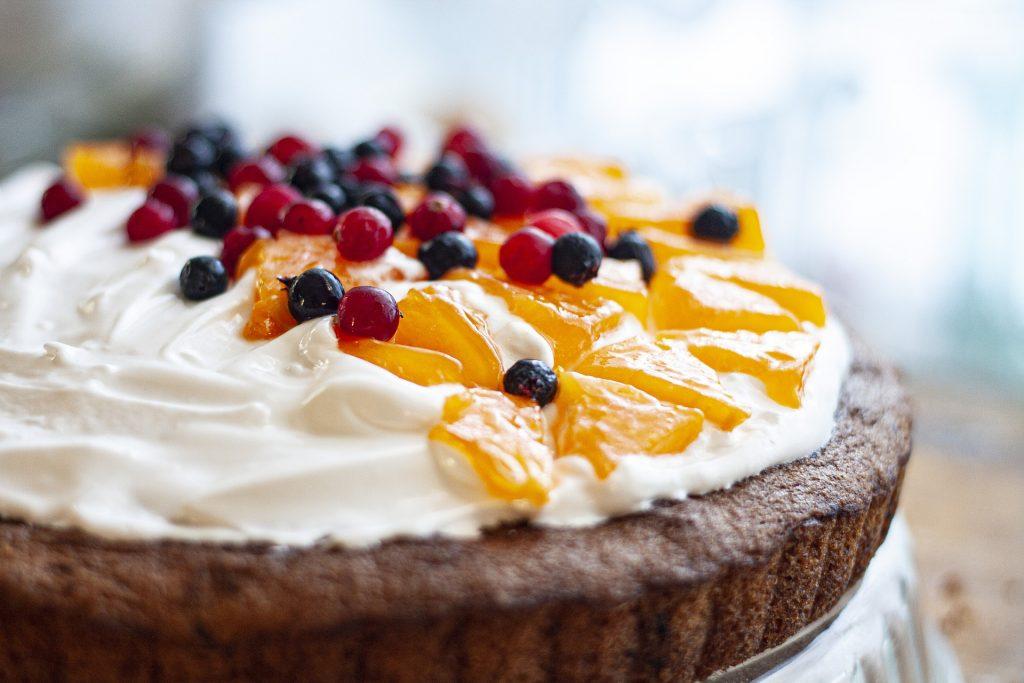 украсить торт фруктами
