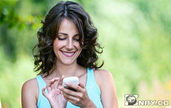 Девушка пишет сообщение любимому мужу